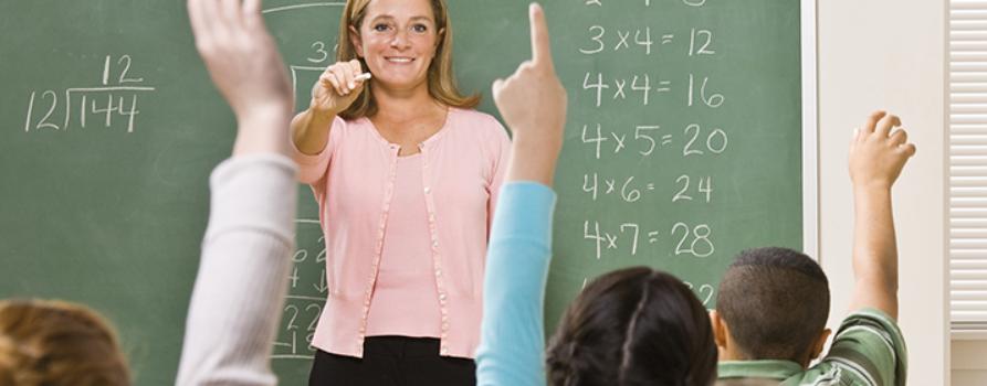 Lehrerin gibt Unterricht