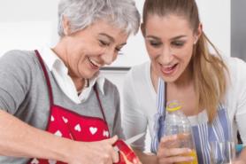 Motter und Tochter beim Kochen