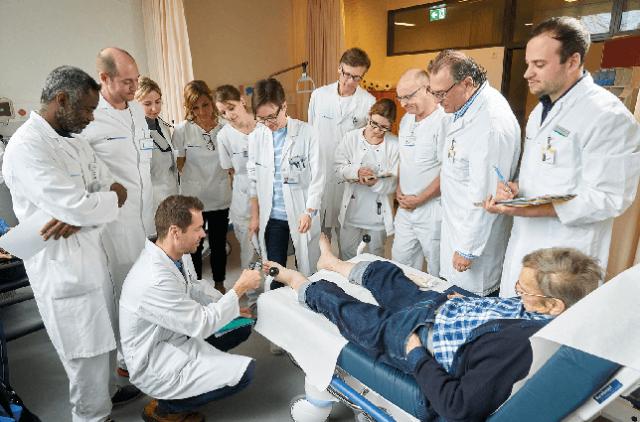 Abb. 1) Das Team der interdisziplinären Fuss-Sprechstunde am Luzerner Kantonsspital bei der Arbeit.