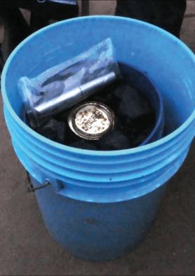 Zwei Plastikeimer mit Kohle bzw. Sand und wenig Wasser zur Aufbewahrung des Insulins. Die Eimer werden nach jeder Injektion vergraben.