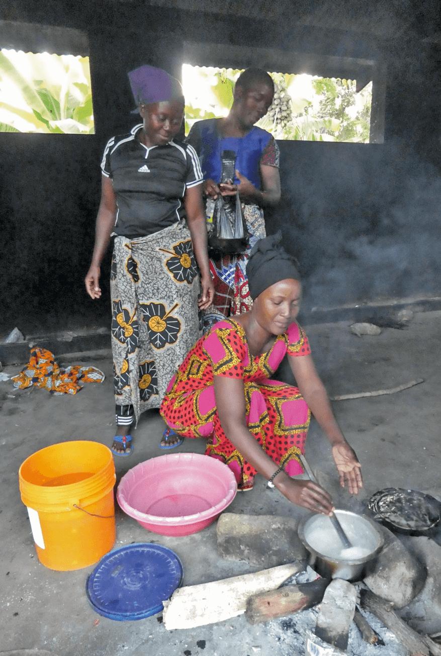 Frauen beim Kochen für hospitalisierte Angehörige in Tansania