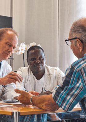 Christoph Henzen und Dr. Lusekelö in der Diabetologie-Sprechstunde des LUKS.