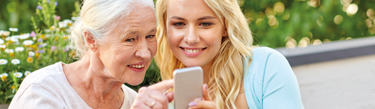 Enkelin und Grossmutter schauen auf Smartphone