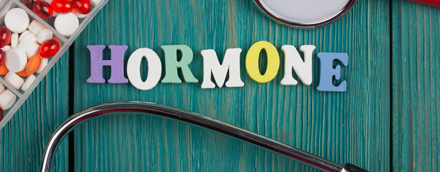 Hormone geschrieben auf Holzbrett