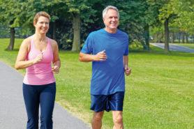 Ein älteres Paar beim joggen