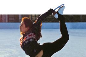Junge Frau beim Eiskunstlaufen