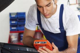 Mechaniker-Lehrling bei der Arbeit