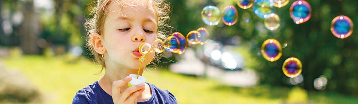 Kind bläst Seifenblasen