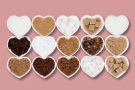 Verschiedene Zuckersorten in Herzform-Schälchen