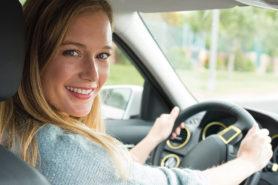 Titel Frau beim Autofahren