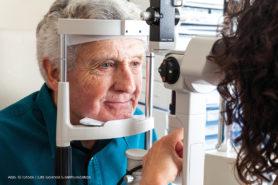Älterer Mann beim Augenarzt