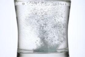 Aspirin löst sich auf in Wasserglas