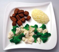 Teller mit Lebensmittelattrappen