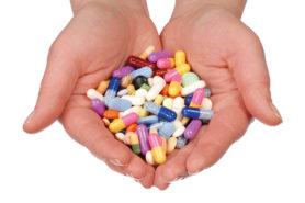 Medikamente in Hand