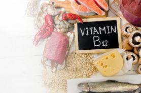 Tafel mit Schriftzug Vitamin B12