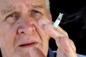 Rauchender älterer Mann