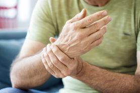 Rheuma: Mann hält sich schmerzendes Handgelenk