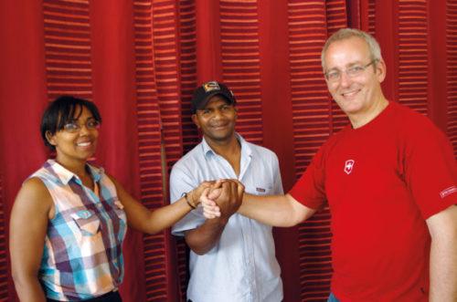 Lukas Villiger mit zwei Mitarbeitern des Hilfswerks