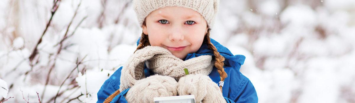 Mädchen mit blauer Winterjacke, Laterne und Mistelzweig