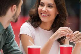 Titelbild d-journal 228, junges Paar trinkt Süssgetränk