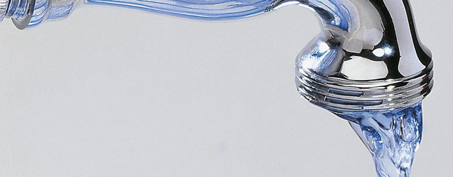 Wasserhahn und fliessendes Wasser