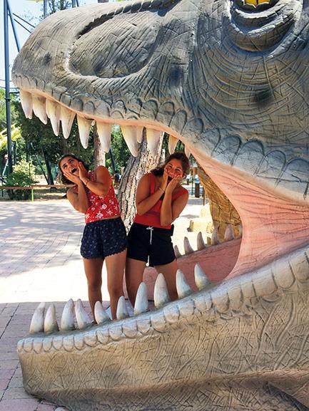 Oriane und Eleonor im Freizeitpark
