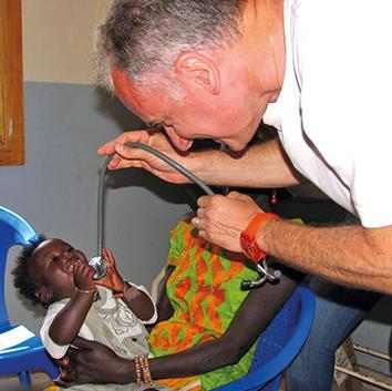 Dr. Balestra mit einem kleinen Patienten.