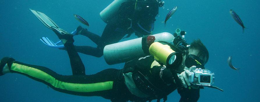 Zwei Taucher unter Wasser