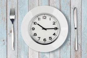 Teller mit einer Uhr