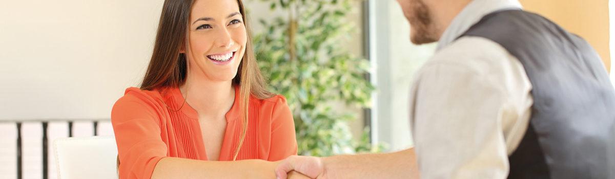 Junge Frau beim Vorstellungsgespräch