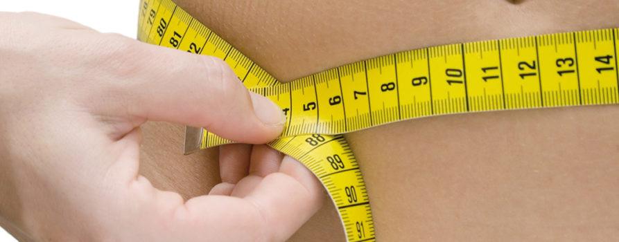 Messband um Bauch einer Frau. Übergewicht Diabetes