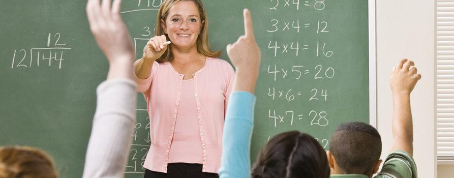 Lehrerin vor Klasse
