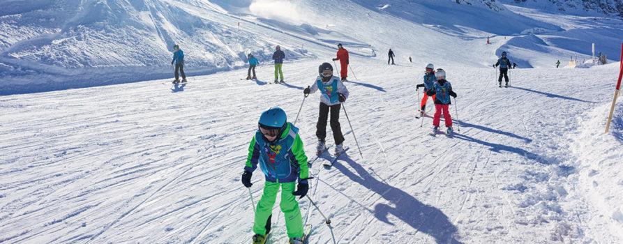 Kinder am Skifahren