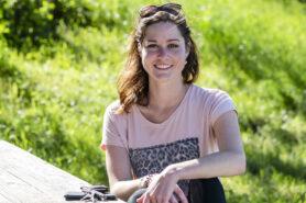 Junge Frau am Tisch mit Schlüsselbund Diabetesbetroffene in Coronazeiten