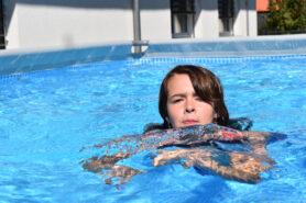 Kind am Schwimmen Kinder mit Diabetes im Schwimmbad
