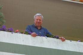 Mann auf Balkon Leben mit Diabetes